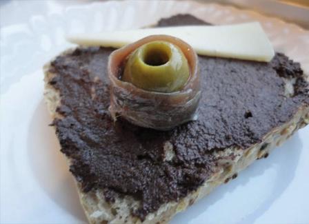 Panecillos con olivada, anchoa y queso con la Gaeta